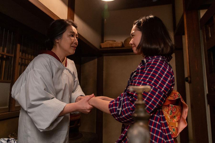 第53回より、手をとりあう音(二階堂ふみ)と、まさ(菊池桃子)(C)NHK