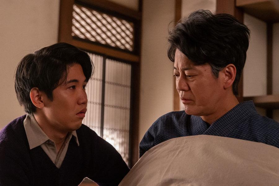 ふたりきりで話をする三郎(唐沢寿明)と浩二(佐久本宝)(C)NHK