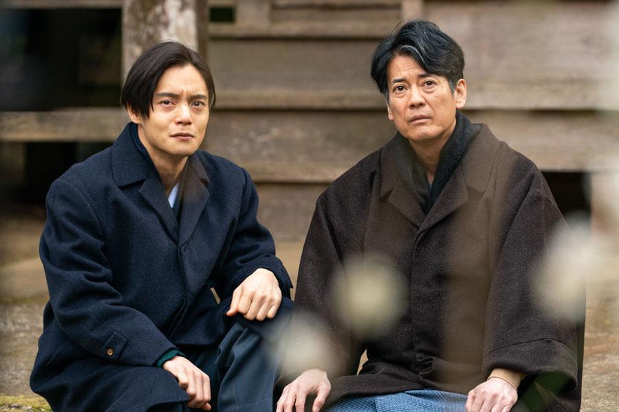 ある約束を交わす裕一(窪田正孝)と三郎(唐沢寿明)(C)NHK