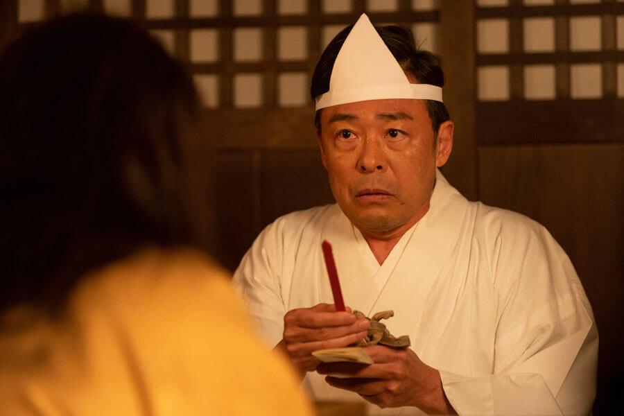 現世に一時的に帰れる宝くじに当たった安隆(光石研)(C)NHK