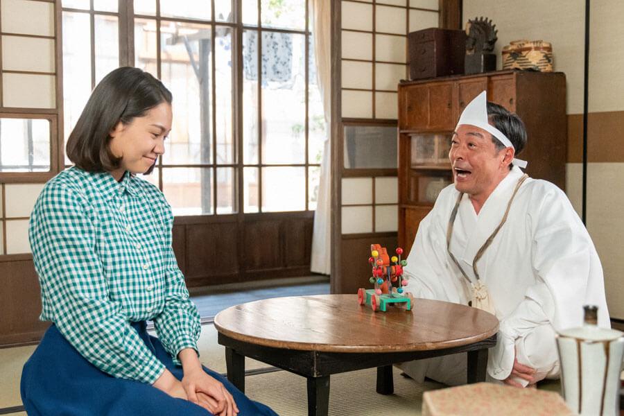 亡き父・安隆(光石研)が突然現れ、驚く音(二階堂ふみ)(C)NHK