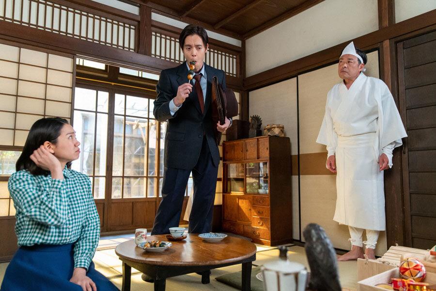 第56回より、安隆(光石研)の姿が見えず、団子を食べる裕一(窪田正孝)(C)NHK