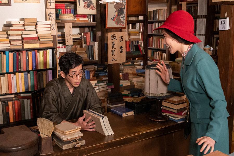 古本屋を営む保(野間口徹)と客の恵(仲里依紗)(C)NHK