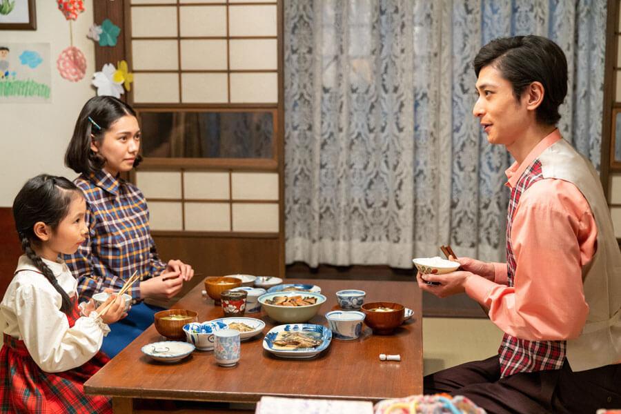 音(二階堂ふみ)と娘の華(田中乃愛)とともに食事をとる御手洗(古川雄大)(C)NHK