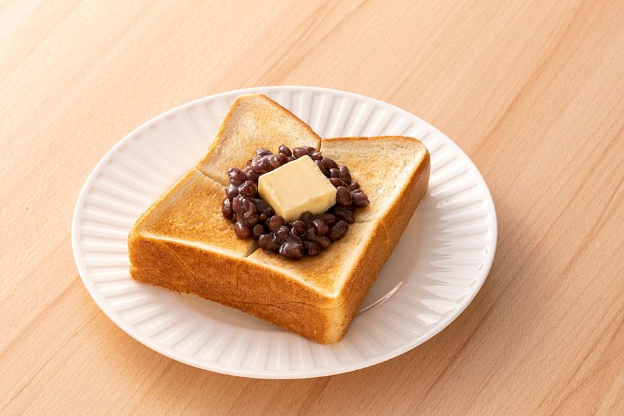 カフェでは、生ケーキやパフェ、青木松風庵自慢のあんこを使ったトーストやあんみつ、会長が作るスパイシーなカレーなどの軽食も
