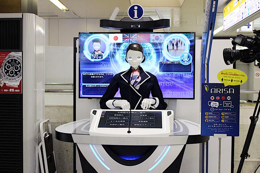 改札内コンコースにいる人型AIロボ『アリサ』は、特撮『仮面ライダーゼロワン』の世界を想起させる