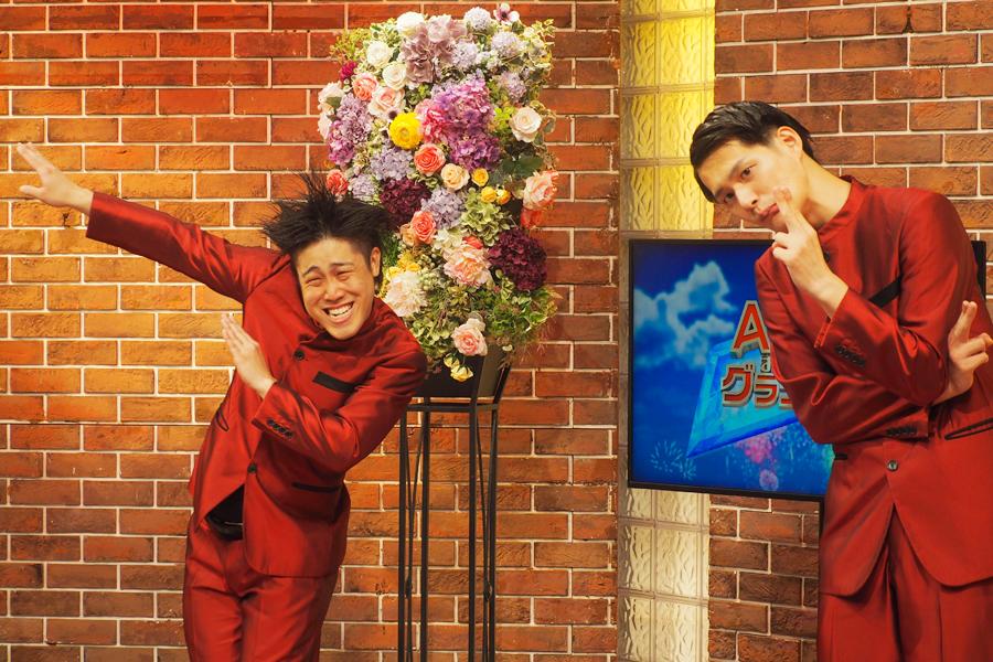 会見で喜びを爆発させるコウテイの下田(左)、九条(12日/ABCテレビ)