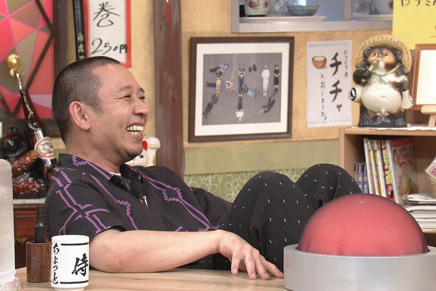 14日放送の『相席食堂』に夫婦で登場したかつみ・さゆりにツッコむ千鳥大悟 (C)ABCテレビ