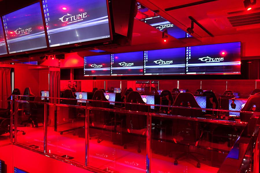 2階のハイスペックPCフロアは、真っ赤な空間にパソコンが並ぶ