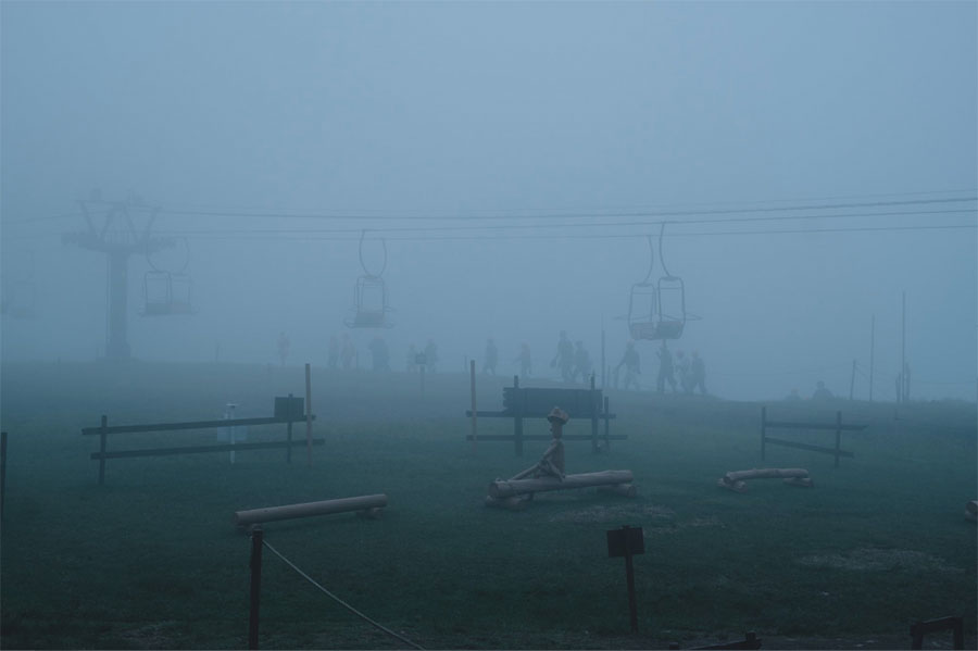 Riki(R)さんが撮影したびわ湖バレイ。濃霧のなか、遠くで歩いてる人の姿が、妄想をかきたてる。