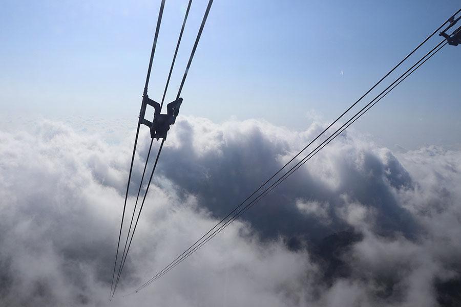 霧(雲)に覆われてロープウェイが見えない(写真提供:びわ湖バレイ)