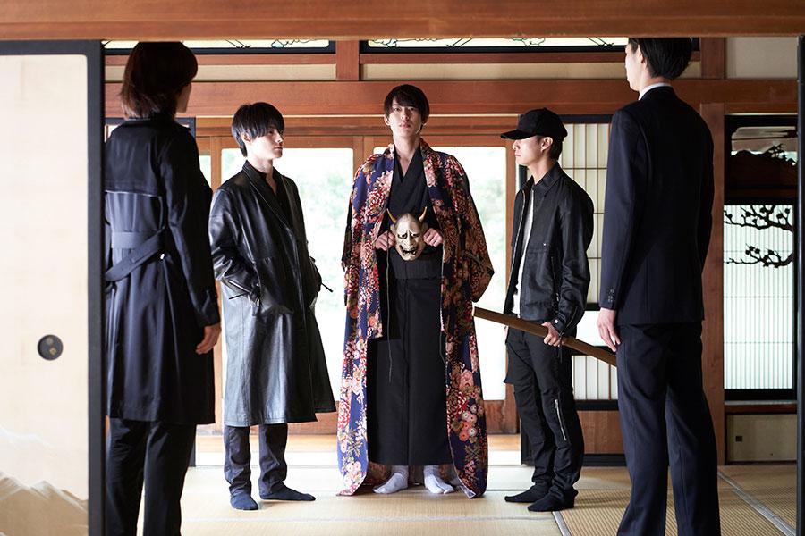 左から2番目が真っ黒な皮のコートに身を包む松村龍之介演じる蒼炎。中央が、北園涼演じる藍刃。Production LG/CLAMP・ST/BCD FILM PARTNERS