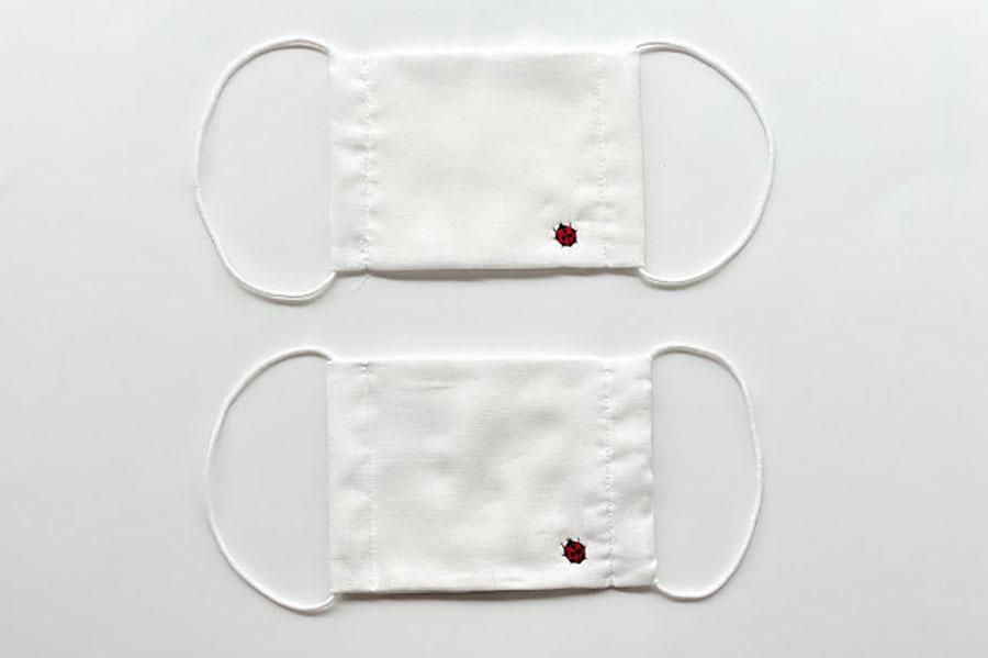 創業以来、定番アイテムの数々に施されてきたてんとう虫。高い技術力の工場が刺繍を担当する