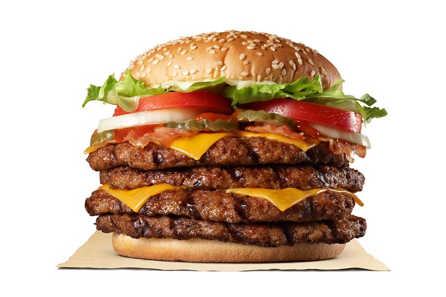 分厚すぎるバーガーが進化!2千kcal超の新作に驚きの声