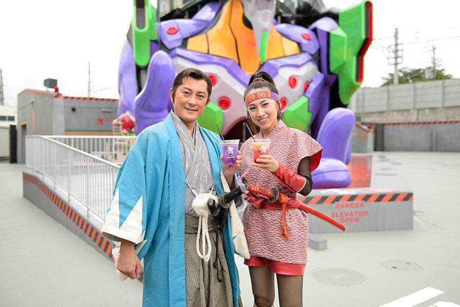 「東映京都撮影所」の俳優が手にしているのは、左から「変わればいいと思うよEVA tea」600円、「飲めるL.C.L.」600円