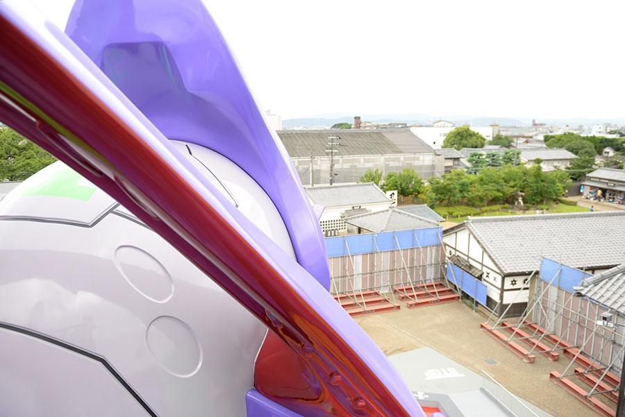 初号機の頭部付近からの風景。江戸の街並みが見わたせる