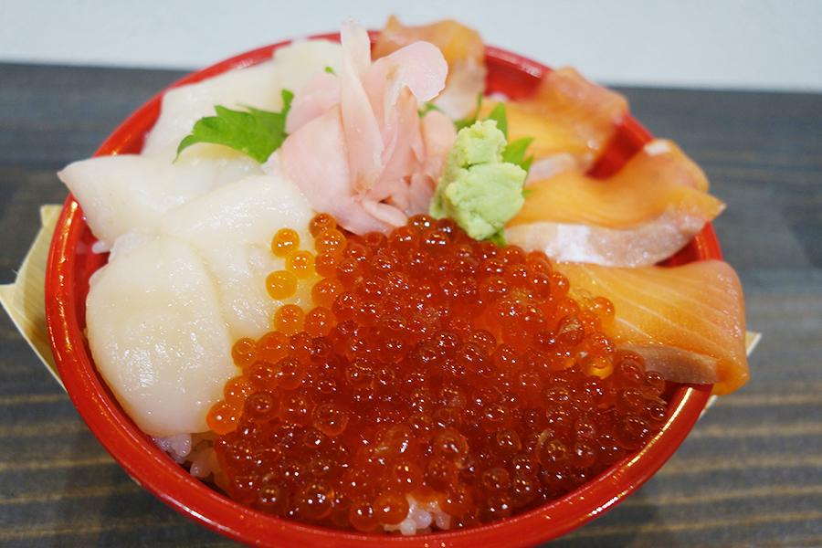 「海鮮丼専門店 市場直送海鮮問屋」の「贅沢三色丼」