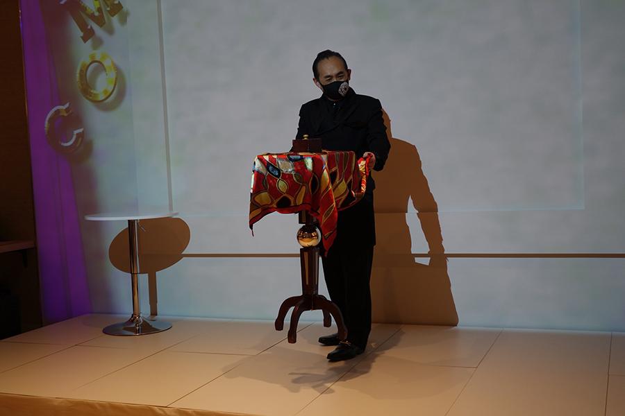 オープンニングセレモニーでの、マルチパフォーマーのリチャード・シブヤ氏によるマジックの様子
