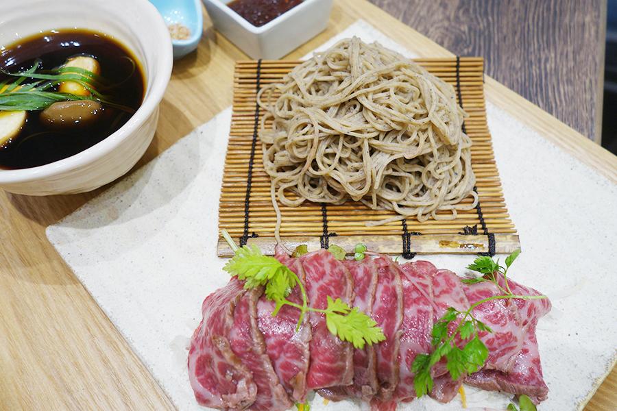 手打ちそばの「NEXT 黒豆蕎麦 hanako」では、日替わりランチも充実