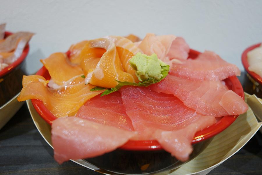 「海鮮丼専門店 市場直送海鮮問屋」の「サーモンまぐろ丼」
