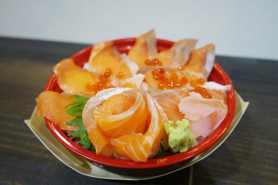 「海鮮丼専門店 市場直送海鮮問屋」の「サーモン丼」