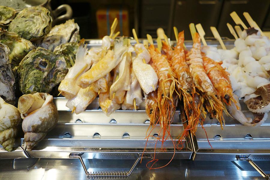 「海鮮丼専門店 市場直送海鮮問屋」では新鮮な海鮮を産地から独自のルートで仕入れる