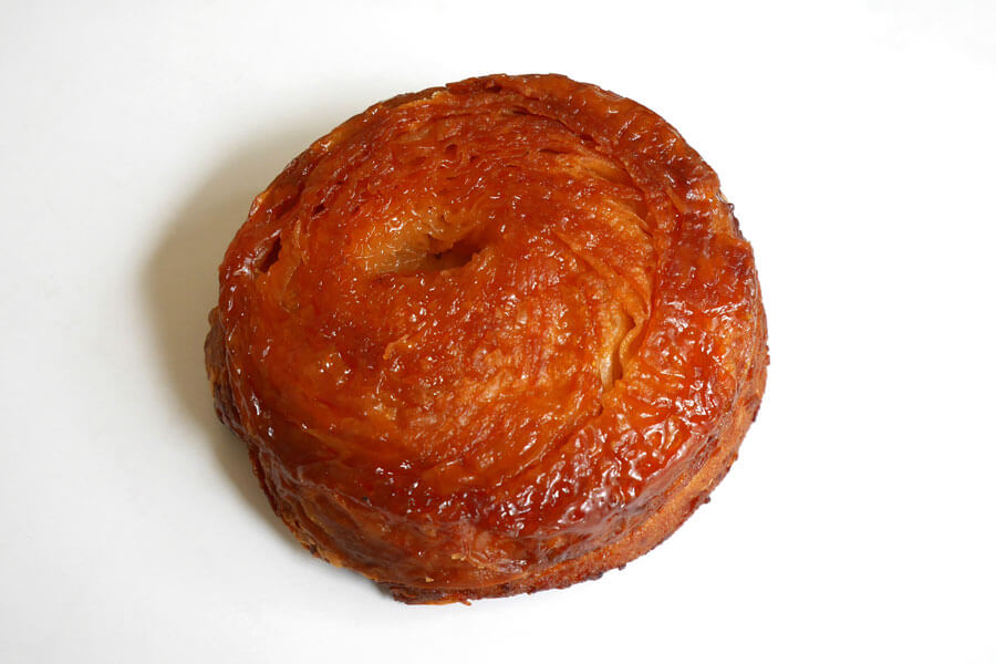 フランス・ブルターニュ地方の伝統菓子・クイニィアマン(260円)