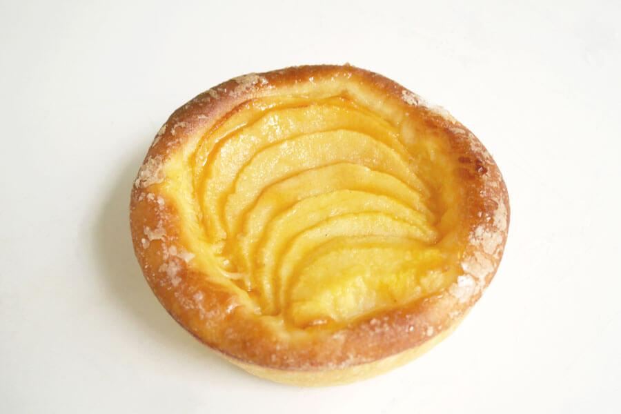 フレッシュで甘酸っぱいりんごとカスタークリームの相性が抜群のブリオッシュ・ポム(281円)