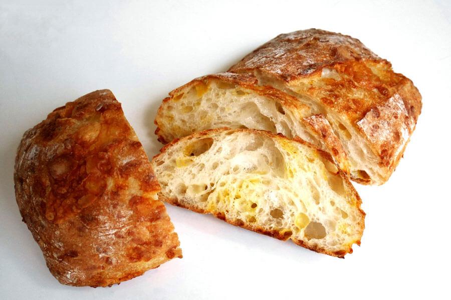 ゴーダ、レッドチェダー、パルメザンの3種類のチーズを使用したパヴェ・オ・フロマージュ(605円、1/2は303円)