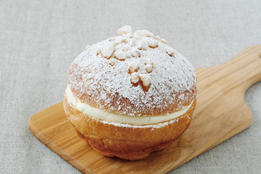 ブリオッシュに口当たりのいいクリームをサンドした南フランスのサン・トロペが発祥のトロペジェンヌ(260円)