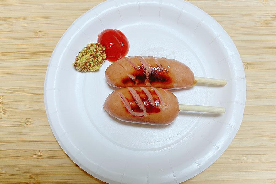 子どもが食べやすいミニサイズのフランクフルト。紙皿を使ってお祭り気分に