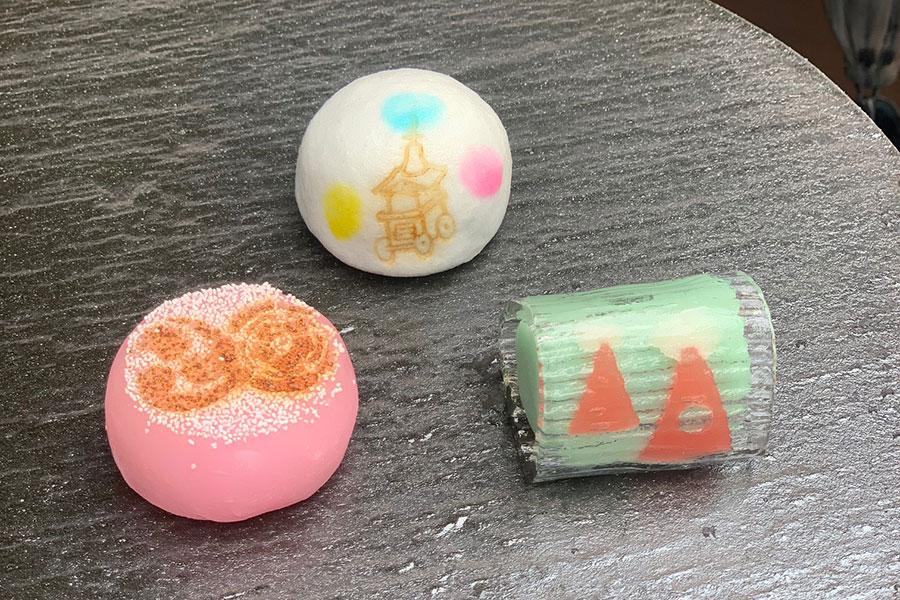 「二條若狭屋 寺町店」の「祇園祭セット」では、かき氷とともに、祭にちなんだ3種の上生菓子から1つを選べる(あるいは、竹水羊羹も選択可能)
