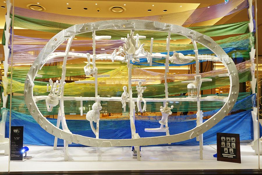 舞台・映像美術造形の井上憲次さんの「3時のおやつ」。日本の伝統的な技を使った作品に