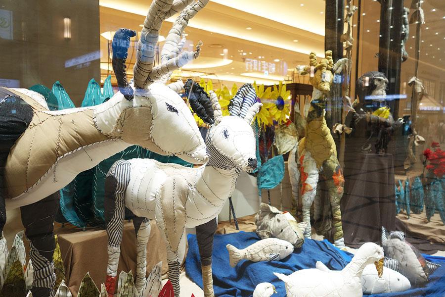 ROGGYKEIの「自然の中で」では、動物などもほぼ手縫いで。服を作る際に余った布などを使って