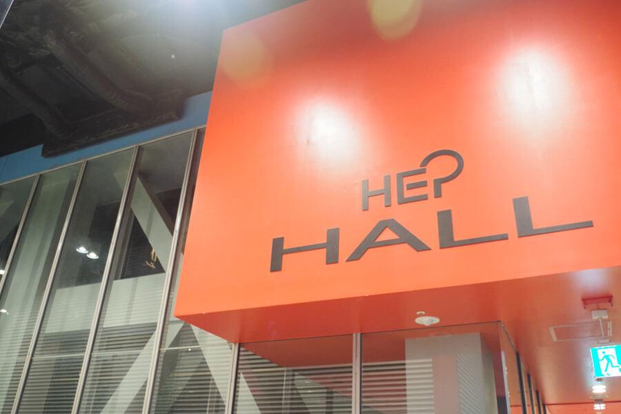 小劇場「HEP HALL」は、梅田のファッションビル「HEP FIVE」の8階に位置する