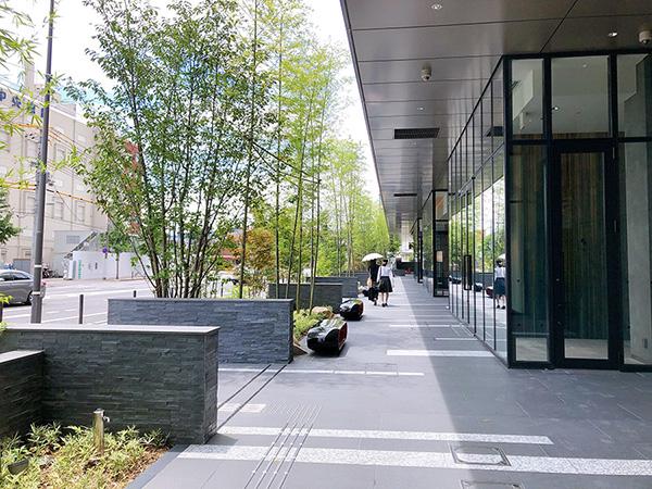 JR梅小路京都西駅からホテルエントランスへ向かう建物横の遊歩道
