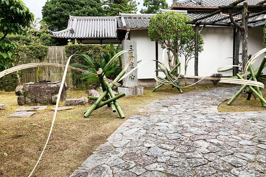 目を奪われる竹のオブジェは、いけばな草月流の創始者である勅使河原蒼風さんが観音院サロンで育ててもらった縁から特別に製作してくれたそう