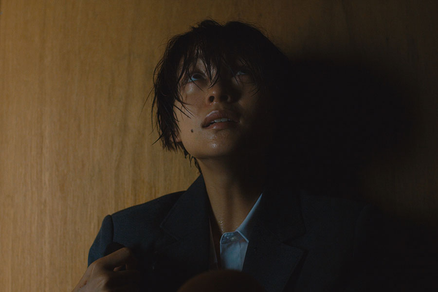第5話より、豹変していく河合聖美を演じる里々佳。Netflixオリジナルシリーズ『呪怨:呪いの家』独占配信中