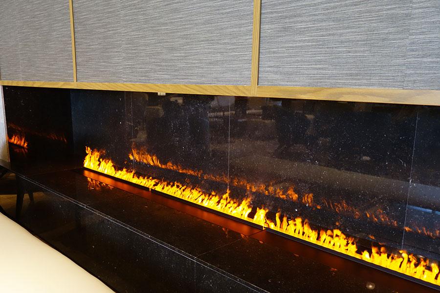 若草山焼きをイメージしたファイアープレイス 。炎に見えるのは火ではなく、触っても安全だそう