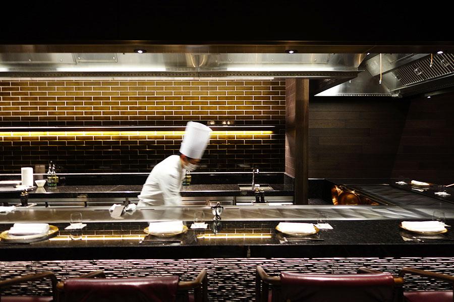 日本料理「校倉」内の鉄板焼カウンター