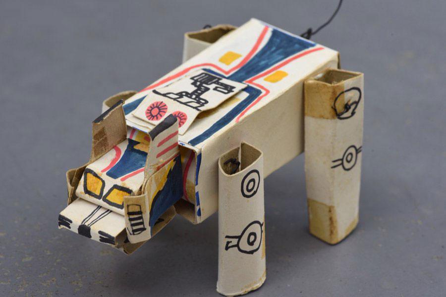 小学4年生の時に作ったというカミロボ。胴体はライオンの歯磨き粉「ザルツ」の箱を使用(提供:安居智博さん)