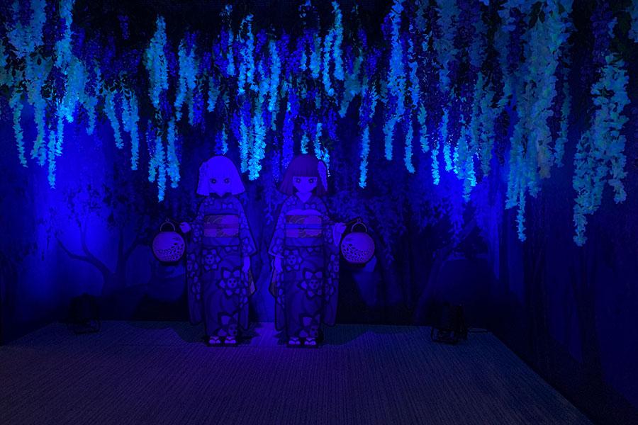 藤恐山の再現シーンは、鬼が苦手な藤の花に囲まれている(22日・大丸ミュージアム)