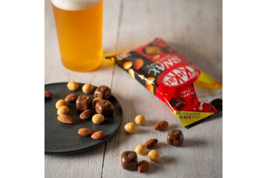 おつまみ菓子「キットカット スナックス」には塩ローストしたアーモンドとチーズ風味の大豆、キューブ型のキットカットの3種がアソート