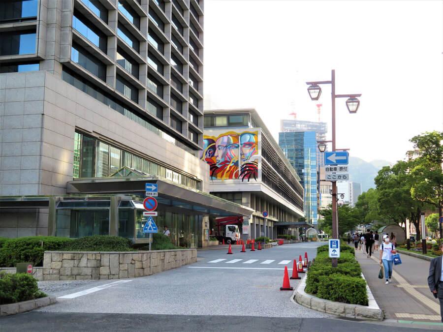 遠くから見て、まわりのビルや生垣との調和を味わうのも、ミューラルアートの楽しみ方のひとつ(7月18日・神戸市)