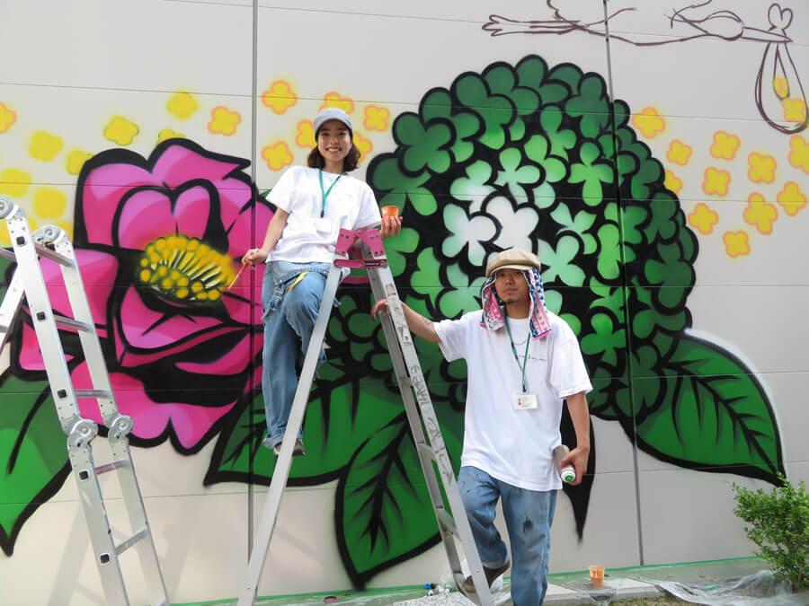 テーマ「山」の面を描く、VEROさん(右)とKEROさん(7月18日・神戸市)