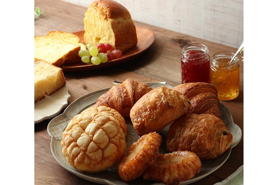 デニッシュ&スイーツパンセットは、クロワッサン2個、デニッシュ食パン、クイニーアマン、パン・オ・ショコラ、メロンパン、オレンジブレッドの7種