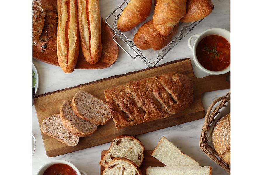 食事を楽しむパンセットは、クインテスブラン、マカダミアレーズン、パン・オ・ルヴァン、めんたいフランス、くるみのフランスパン、レーズンブレッド、ソルトバターフランスの7種