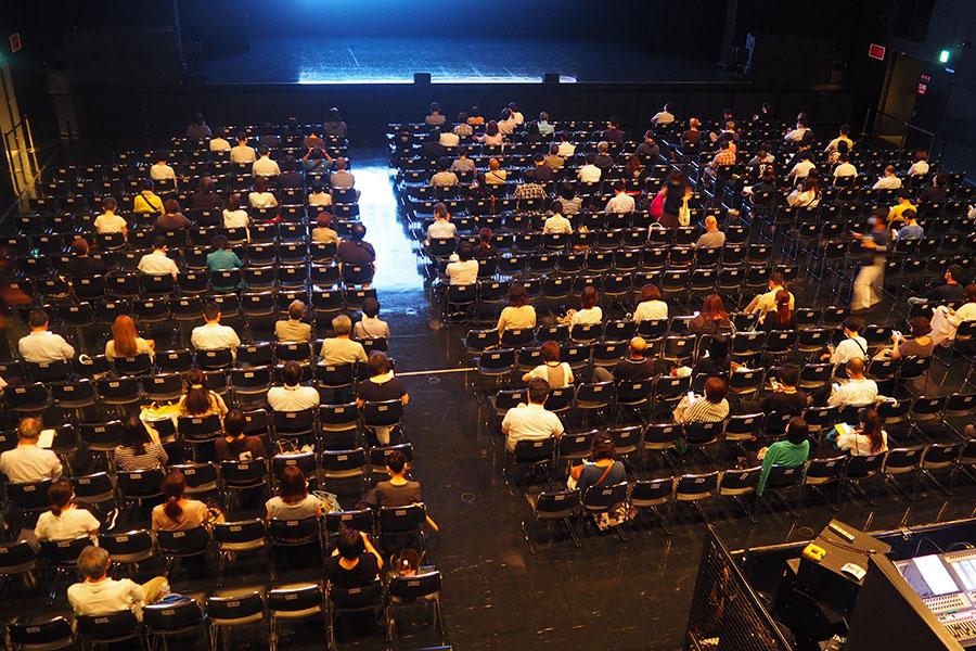ガイドラインに基づき、一席間隔を空けて着席する観客。開演20分間の様子(8日・Zepp Namba(OSAKA))