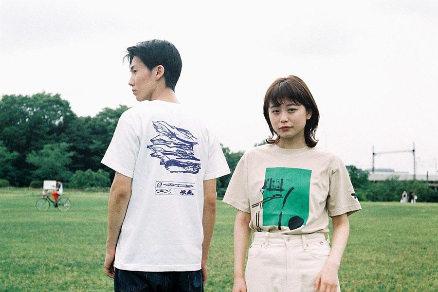 (左から)6KON「HOT景気Tシャツ」、「いい緑のTシャツ」
