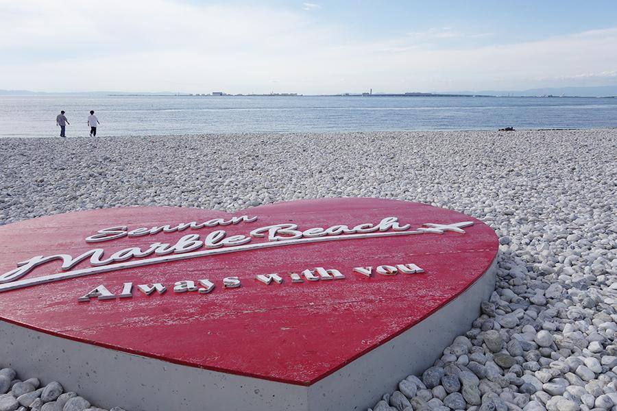 恋人の聖地でもあるマーブルビーチのハート型モニュメント